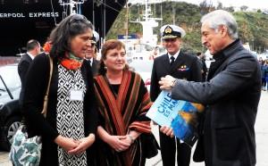 Entrega de libro a Heraldo Muñoz